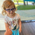 Malá škôlkarka v okuliaroch