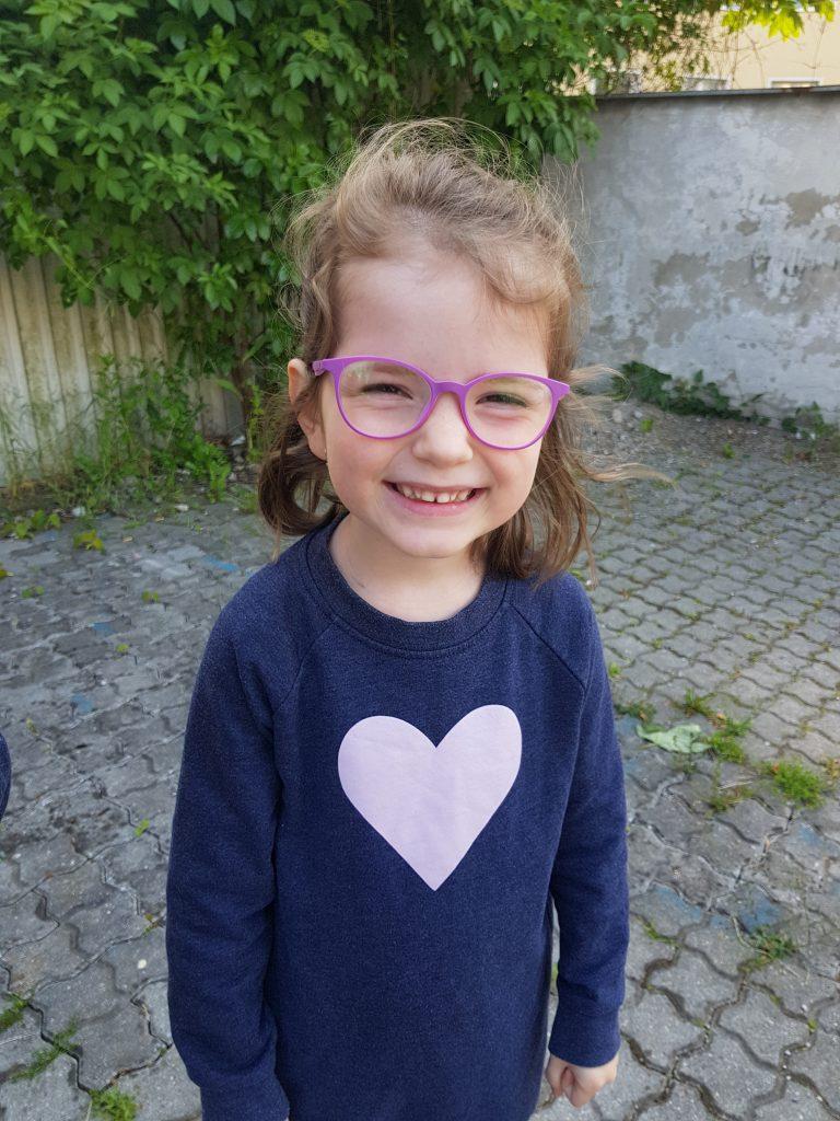 usmiate dievčatko, Tamarka, v okuliarkoch
